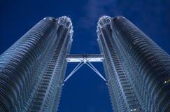 Rascacielos modernos hermosos en la oscuridad fotografía de archivo