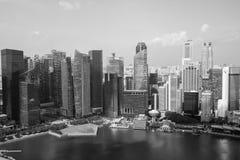 Rascacielos modernos por el río en Singapur Fotos de archivo libres de regalías