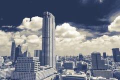 Rascacielos modernos, visión diurna a través de Silom, Bangkok En la visión incluye el centro del comercio de la joyería Imágenes de archivo libres de regalías