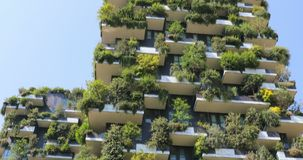 Rascacielos modernos y ecológicos con muchos árboles en cada balcón, Milán, Italia almacen de video