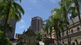Rascacielos modernos y la catedral de St Stephen en Brisbane metrajes