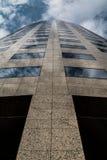 Rascacielos modernos y nubes del edificio de oficinas Fotos de archivo libres de regalías