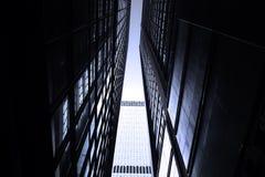 Rascacielos monótonos oscuros en la ciudad de Hong Kong con la luz dramática Imagen de archivo