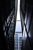 Rascacielos monótonos oscuros en la ciudad de Hong Kong con la luz dramática Imagenes de archivo