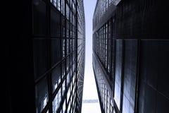 Rascacielos monótonos oscuros en la ciudad de Hong Kong con la luz dramática Fotos de archivo