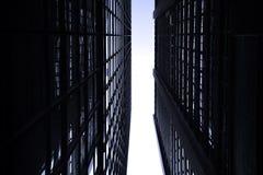 Rascacielos monótonos oscuros en la ciudad de Hong Kong con la luz dramática Fotografía de archivo