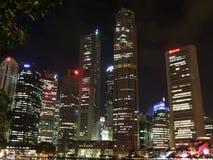 Rascacielos por el río de Singapur Imagen de archivo libre de regalías