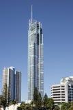 Rascacielos Q1 en las personas que practica surf paraíso, Gold Coast foto de archivo