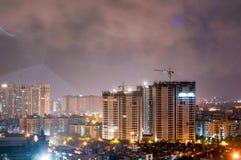 Rascacielos que es construido en el medio de ciudad Imágenes de archivo libres de regalías
