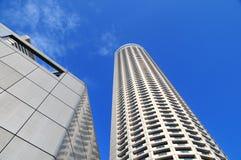 Rascacielos que se eleva para arriba en el cielo Imágenes de archivo libres de regalías