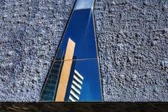 Rascacielos reflejados en los espejos imagen de archivo libre de regalías