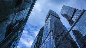 Rascacielos reflexivos modernos contra lapso de tiempo del cielo nublado 4K Visión de debajo metrajes