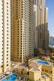 Rascacielos residencial con la piscina en el puerto deportivo de Dubai tomado el 24 de marzo de 2013 en Dubai, Em unido del árabe Imagenes de archivo