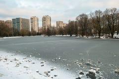 Rascacielos urbanos modernos de la vivienda y del negocio al lado del parque público histórico de Vorontsovskiy moscú Rusia imagen de archivo libre de regalías