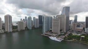 Rascacielos urbanos modernos enormes aéreos de la arquitectura del abejón que sorprenden 4k de Miami la Florida en horizonte del  almacen de video