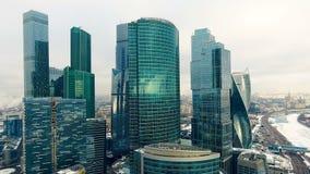 Rascacielos Ventanas de la oficina con la ciudad reflejada en ella nadie Ciérrese encima de tiro aéreo metrajes