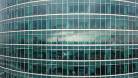 Rascacielos Ventanas de la oficina con la ciudad reflejada en ella nadie Ciérrese encima de tiro aéreo almacen de video