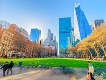 Rascacielos verdes del césped en Bryant Park Manhattan NY imagen de archivo libre de regalías