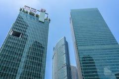 Rascacielos verdes y azules céntricos con el cielo azul imagen de archivo libre de regalías