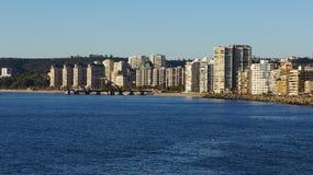 Rascacielos Vina de marcha por el mar imagenes de archivo