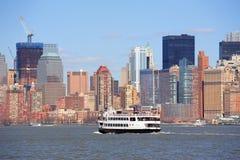 Rascacielos y barco de New York City Manhattan Imágenes de archivo libres de regalías