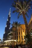 Rascacielos y calle de Burj Dubai con la palma Fotografía de archivo libre de regalías