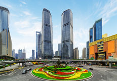 Rascacielos y cama de flor colorida en el cruce giratorio de Mingzhu Fotos de archivo libres de regalías