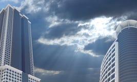 Rascacielos y cielo de la tarde con las nubes Foto de archivo
