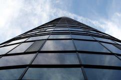 Rascacielos y el cielo - edificio de cristal con muchas ventanas Foto de archivo