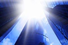 Rascacielos y fulgor del sol imágenes de archivo libres de regalías