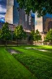 Rascacielos y los argumentos conmemorativos del 11 de septiembre en un hombre más bajo Imágenes de archivo libres de regalías