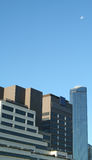 Rascacielos y luna en cielo Fotos de archivo