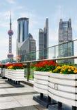 Rascacielos y macetas al aire libre adentro en el centro de la ciudad, Shangai Imagenes de archivo