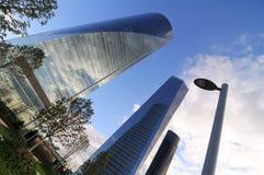 Rascacielos y pilar eléctrico Imagenes de archivo
