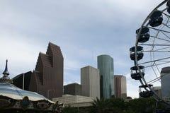 Rascacielos y rueda de Ferris Fotografía de archivo libre de regalías