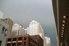 Rascacielos y tormenta Imágenes de archivo libres de regalías