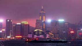 Rascacielos y tráfico de agua en la noche Hong Kong almacen de metraje de vídeo