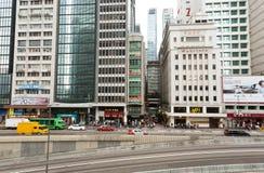Rascacielos y tráfico en el camino de la ciudad grande Fotografía de archivo libre de regalías