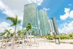 Rascacielos y tráfico en el downton Miami imágenes de archivo libres de regalías