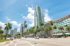 Rascacielos y tráfico en Miami céntrica Foto de archivo