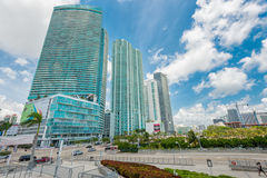 Rascacielos y tráfico en Miami céntrica imagen de archivo