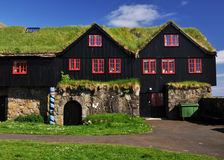 Rasen deckte Haus, Island ab stockfotografie
