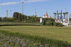 Rasen mit Blumenbeet in Form von der Rennstrecke und Rennwagen Formel 1 in Sochi-Olympiapark Stockbilder