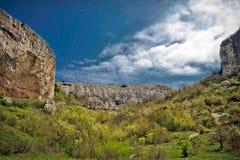 Rasen vor den Felsen im Süden der Krimhalbinsel Lizenzfreies Stockfoto
