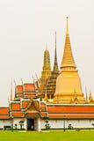Rasen vor Wat Phra Kaew in Bangkok lizenzfreie stockbilder