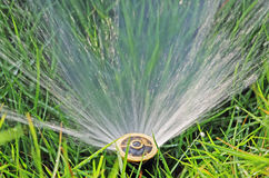 Rasen-Wasser-Berieselungsanlage Stockbilder