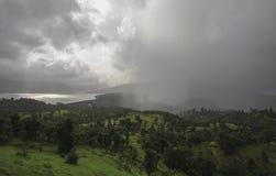Rasender Monsun über Koyna Nagar Satara, Maharashtra, Indien lizenzfreie stockfotos