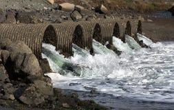 Rasendes Flutwasser lässt Trhough-Abzugskanal-Rohre ab Stockfotografie