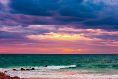 Rasendes grünes Meer bei Sonnenuntergang Stockfotos