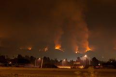 Rasendes verheerendes Feuer in den Hügeln Stockfotos